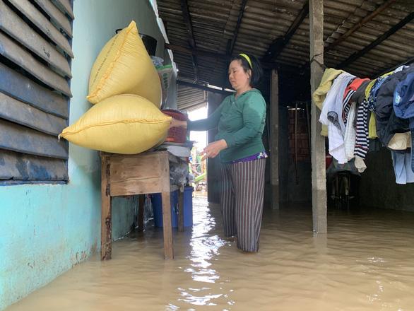 NÓNG ở Quảng Ngãi: Nước lên thấy rõ luôn. Tôi cõng mẹ chạy lũ, còn đồ đạc bỏ hết - Ảnh 1.