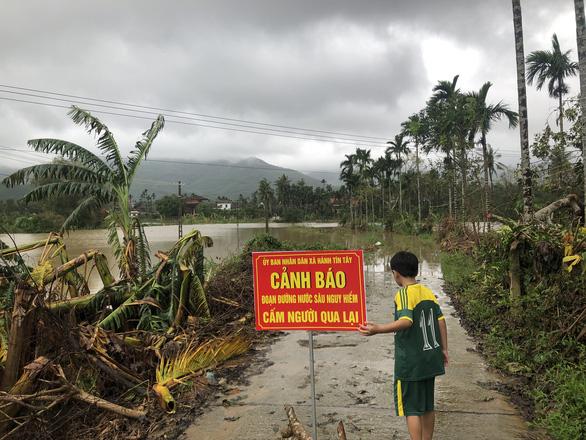 Không dừng xe dù có biển cảnh báo ngập nước, một người bị lũ cuốn mất tích - Ảnh 1.