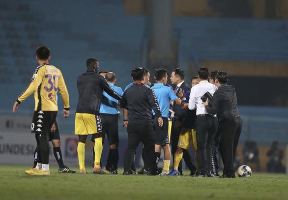 Chửi bậy trên sân, HLV Chu Đình Nghiêm bị cấm chỉ đạo 1 trận - Ảnh 2.