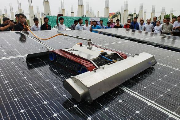 Doanh nghiệp Việt chế tạo thành công robot vệ sinh tấm pin năng lượng mặt trời - Ảnh 1.