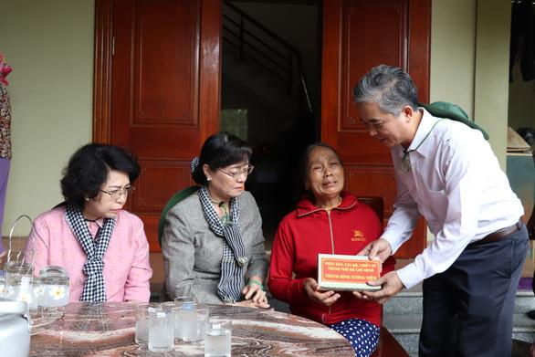 Đoàn đại biểu TP.HCM thăm, hỗ trợ 2,2 tỉ đồng cho Nghệ An khắc phục bão lũ - Ảnh 2.