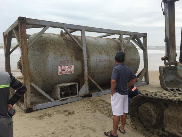 Một bồn hóa chất in chữ Trung Quốc dạt vào bờ biển Quảng Nam - Ảnh 1.