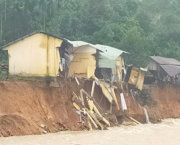 Sạt lở bờ sông, 14 ngôi nhà ở xã Trà Leng bị cuốn trôi - Ảnh 1.