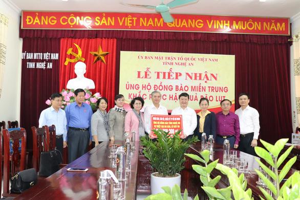 Đoàn đại biểu TP.HCM thăm, hỗ trợ 2,2 tỉ đồng cho Nghệ An khắc phục bão lũ - Ảnh 1.