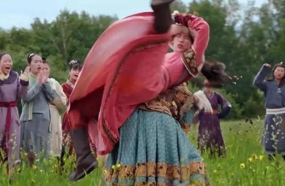Thế thân trong phim Hoa ngữ: Từ ngựa thế, mông thế, eo thế… đến ăn cơm cũng thế - Ảnh 3.