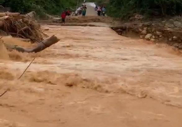 Nam thanh niên cứu 3 người bị nước cuốn khi đi nhận hàng cứu trợ - Ảnh 1.