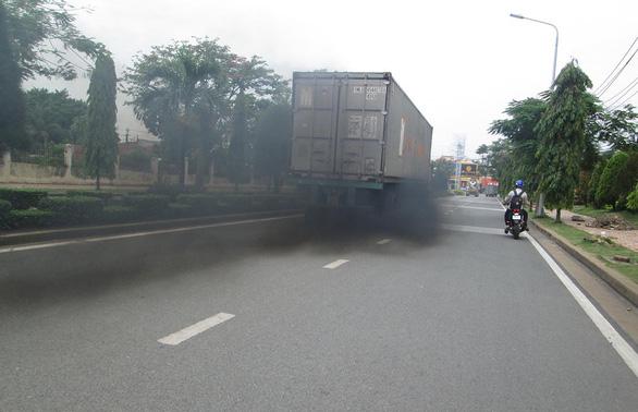 Xe cũ xả khói đen vẫn chạy, cà phê gần nhà cũng lái ô tô, làm sao giảm khí thải? - Ảnh 1.