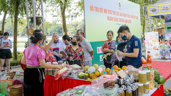 Ban Bí thư: Các đơn vị sử dụng ngân sách phải ưu tiên dùng hàng Việt - Ảnh 1.