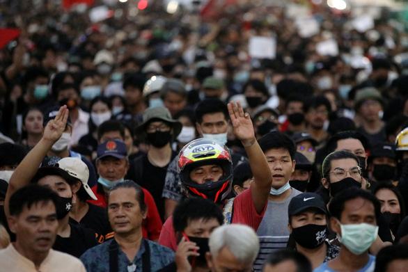 Thái Lan: Người biểu tình dâng thư cho nhà vua bị xịt vòi rồng - Ảnh 2.