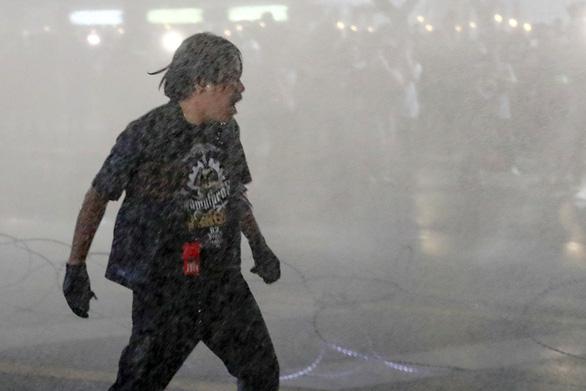 Thái Lan: Người biểu tình dâng thư cho nhà vua bị xịt vòi rồng - Ảnh 1.