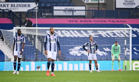 Harry Kane ghi bàn thứ 150, Tottenham vươn lên đầu bảng - Ảnh 2.