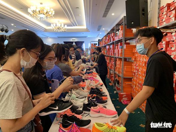 Hàng hiệu Nike, Levis, CK giảm giá rẻ đến... thấy thương - Ảnh 11.