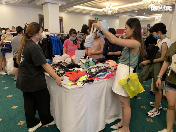 Hàng hiệu Nike, Levis, CK giảm giá rẻ đến... thấy thương - Ảnh 8.