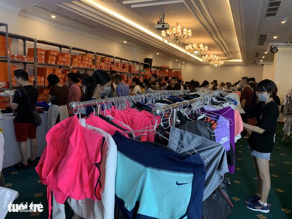 Hàng hiệu Nike, Levis, CK giảm giá rẻ đến... thấy thương - Ảnh 6.