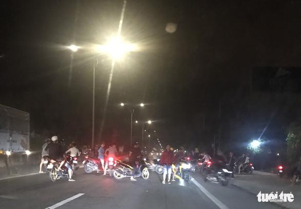 Hàng trăm quái xế ngang nhiên chặn xe trên quốc lộ 1 để đua xe trái phép - Ảnh 2.