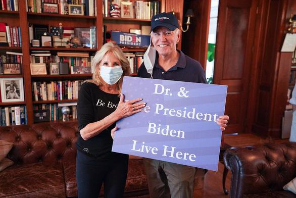 Khoảnh khắc gia đình Biden nhận tin thắng cử qua tivi - Ảnh 2.