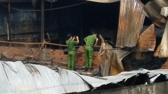 Cháy 800m2 nhà xưởng công ty nhựa ở Bình Chánh lúc rạng sáng - Ảnh 2.