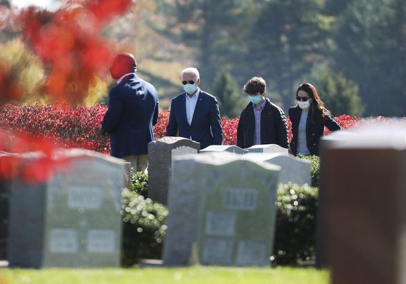 Ông Biden đi thăm mộ người con trai đã khuyến khích ông ra tranh cử lần 3 - Ảnh 2.