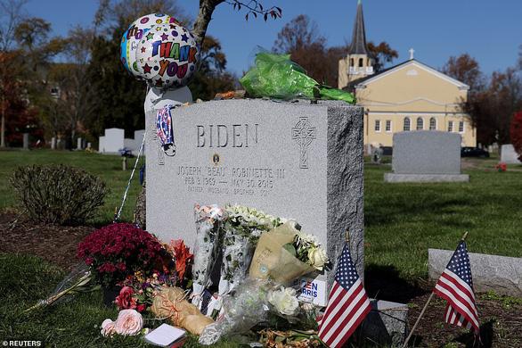 Ông Biden đi thăm mộ người con trai đã khuyến khích ông ra tranh cử lần 3 - Ảnh 3.