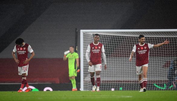 Saka đốt lưới nhà mở màn đêm tan nát của Arsenal ở Emirates - Ảnh 1.