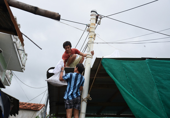 Phú Yên, Khánh Hòa sơ tán hàng ngàn dân tránh bão số 12 - Ảnh 3.
