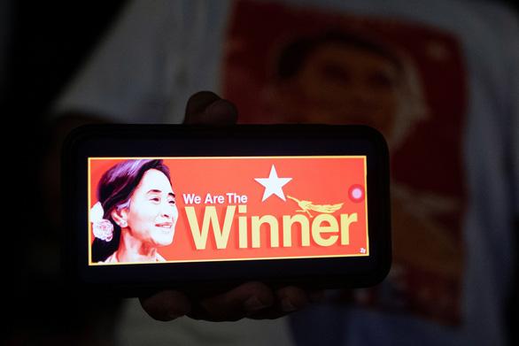 Đảng của bà San Suu Kyi tuyên bố chiến thắng, chờ xem quân đội làm gì - Ảnh 1.