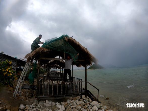Kiên quyết đưa người trên lồng bè vịnh Vân Phong vào đất liền tối nay - Ảnh 6.