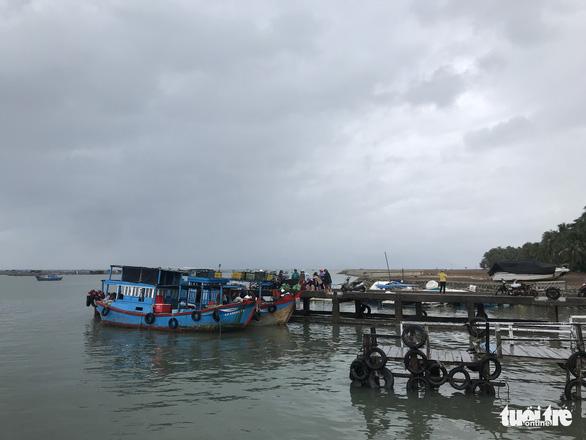 Kiên quyết đưa người trên lồng bè vịnh Vân Phong vào đất liền tối nay - Ảnh 4.