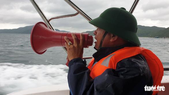 Kiên quyết đưa người trên lồng bè vịnh Vân Phong vào đất liền tối nay - Ảnh 1.