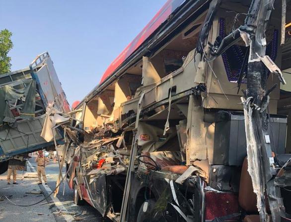 Xe khách va quẹt xe tải đang dừng trên cao tốc, 4 người bị thương - Ảnh 2.