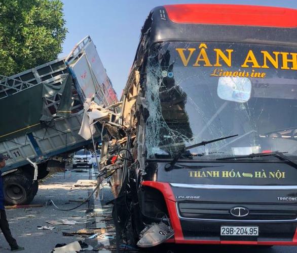 Xe khách va quẹt xe tải đang dừng trên cao tốc, 4 người bị thương - Ảnh 1.