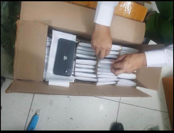 Phát hiện lô hàng quần áo là 872 chiếc iPhone nhập lậu trị giá 8 tỉ đồng - Ảnh 1.