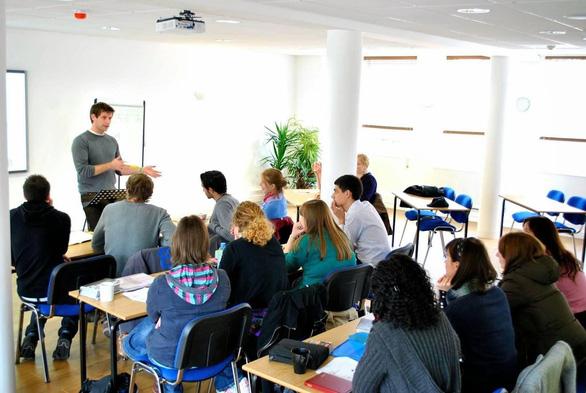 Trường học, trung tâm Anh ngữ tăng cường phòng dịch sau ca nhiễm là giáo viên tiếng Anh - Ảnh 1.