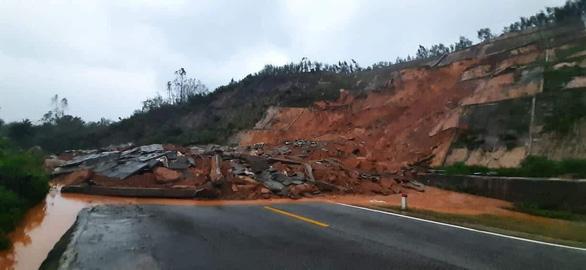 Sạt lở đất ở Huế chắn ngang đường vào khu du lịch Laguna - Ảnh 1.