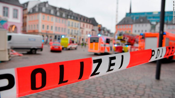 Xe lao vào đường đi bộ ở Đức, 2 người chết và nhiều người bị thương - Ảnh 1.