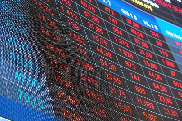 Chứng khoán đỏ sàn do ca COVID-19 mới: Kẻ tháo chạy, người canh hốt cổ phiếu rớt giá - Ảnh 1.