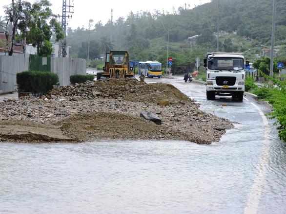 Sạt lở nguy hiểm ở Nha Trang sau mưa lớn - Ảnh 3.