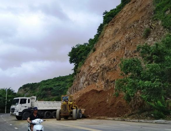 Sạt lở nguy hiểm ở Nha Trang sau mưa lớn - Ảnh 1.