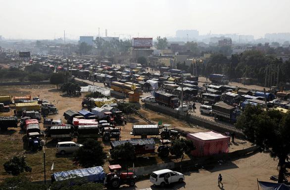 Nông dân Ấn Độ đổ về thủ đô phản đối chính sách nông nghiệp mới - Ảnh 1.