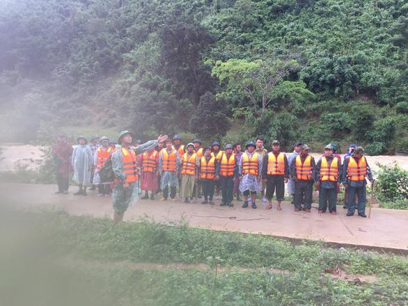 Đoàn du khách bị kẹt trên núi Tà Giang đã xuống núi gặp được người nhà - Ảnh 3.