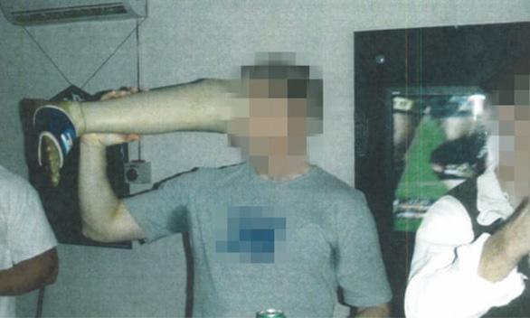 Guardian công bố ảnh binh sĩ Úc uống bia từ chân giả của binh sĩ Taliban - Ảnh 1.