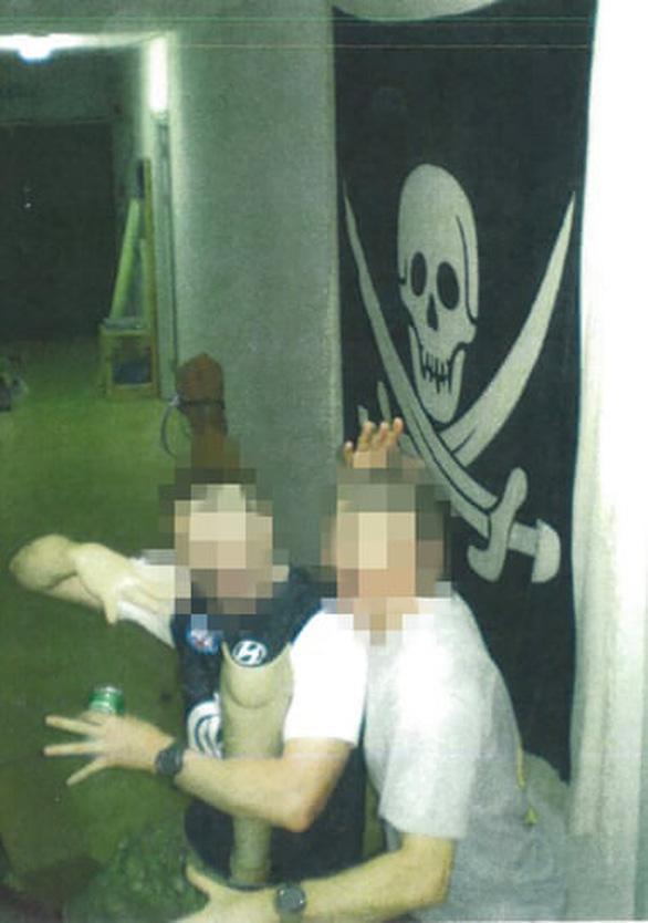 Guardian công bố ảnh binh sĩ Úc uống bia từ chân giả của binh sĩ Taliban - Ảnh 2.