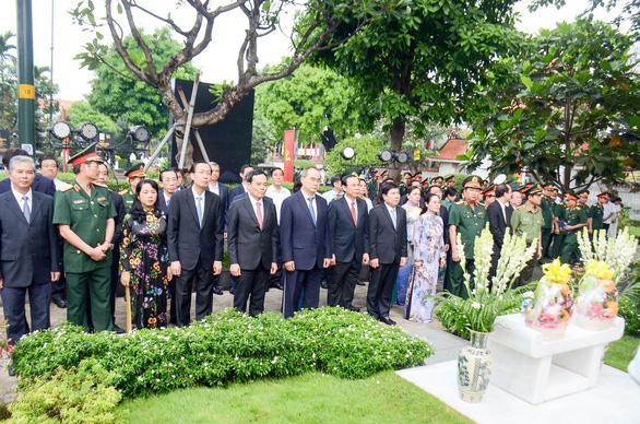 Lãnh đạo TP.HCM dâng hương tưởng niệm cố Chủ tịch nước, đại tướng Lê Đức Anh - Ảnh 1.
