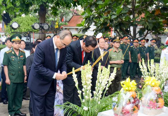Lãnh đạo TP.HCM dâng hương tưởng niệm cố Chủ tịch nước, đại tướng Lê Đức Anh - Ảnh 2.