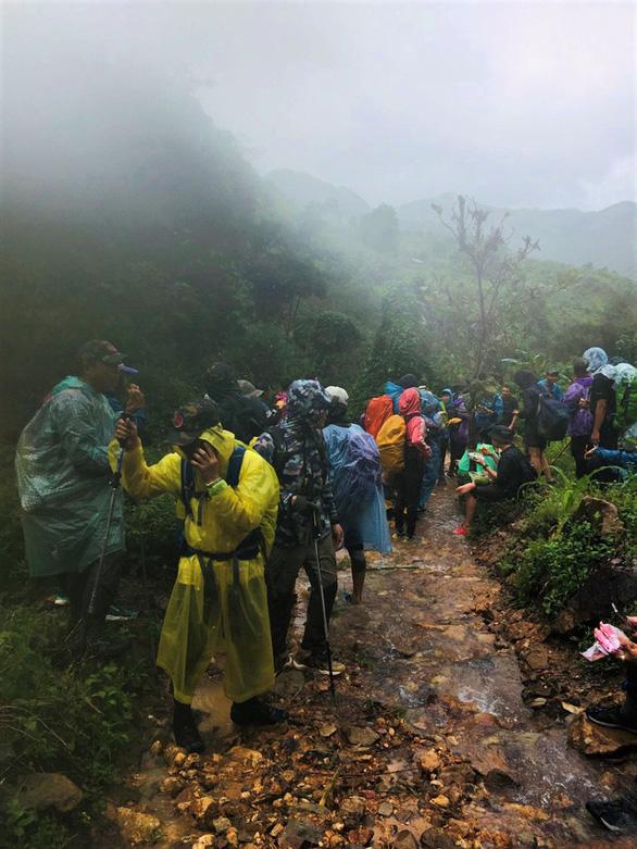 Đoàn du khách bị kẹt trên núi Tà Giang đã xuống núi gặp được người nhà - Ảnh 1.