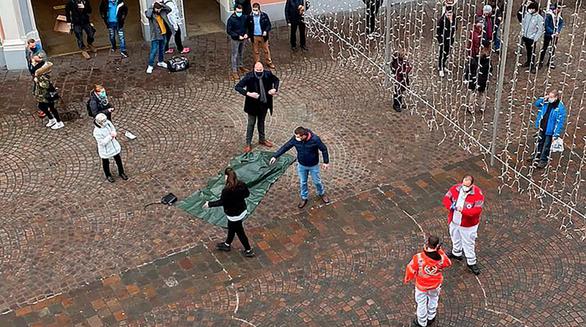Xe lao vào đường đi bộ ở Đức, 2 người chết và nhiều người bị thương - Ảnh 2.