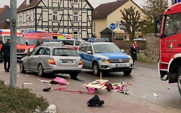 Xe lao vào đường đi bộ ở Đức, 2 người chết và nhiều người bị thương - Ảnh 3.