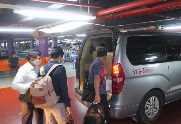 Tài xế xe công nghệ ở sân bay Tân Sơn Nhất nêu 3 giải pháp - Ảnh 1.