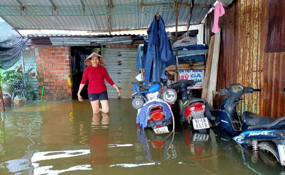 Mưa lớn, hồ xả lũ, một số khu vực tại Tam Kỳ ngập nặng, dân dùng thuyền đi lại - Ảnh 2.