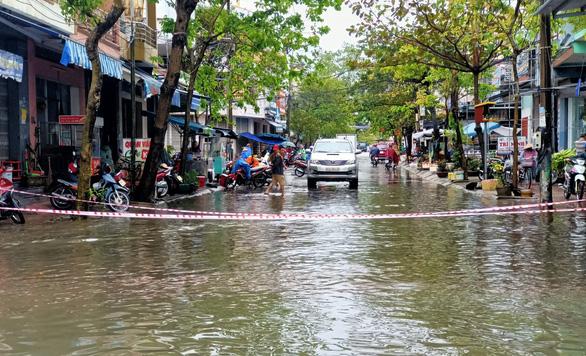 Mưa lớn, hồ xả lũ, một số khu vực tại Tam Kỳ ngập nặng, dân dùng thuyền đi lại - Ảnh 3.